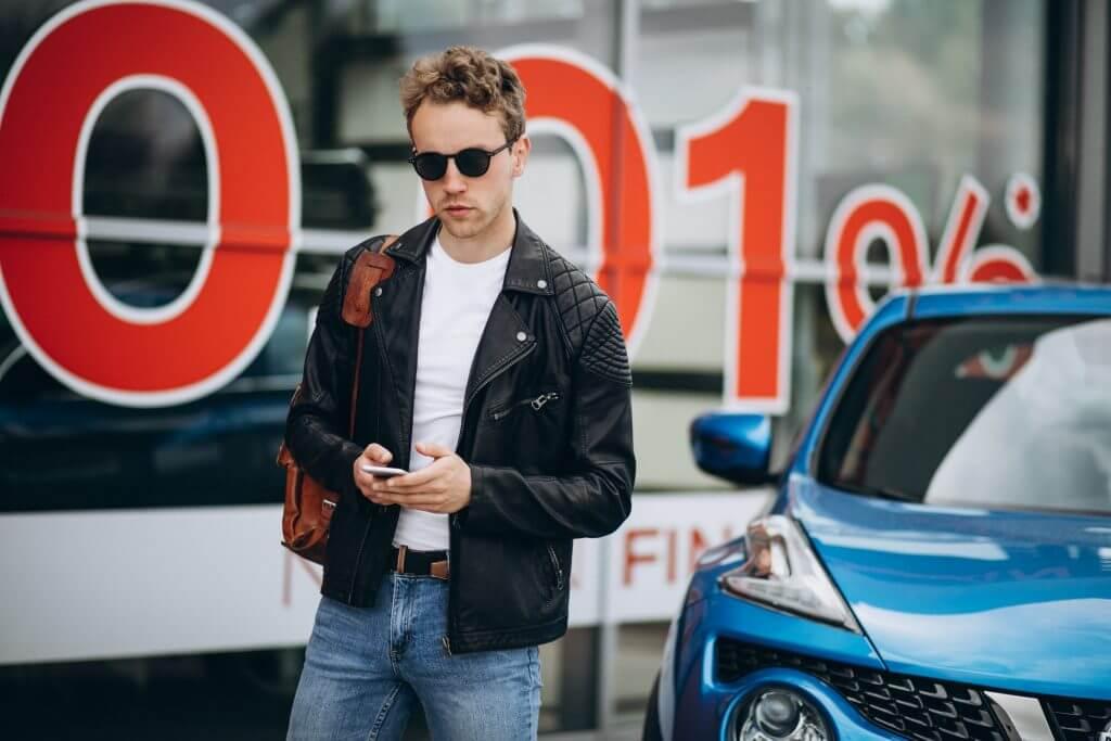 mezczyzna bierze pożyczkę na samochód używany przez telefon